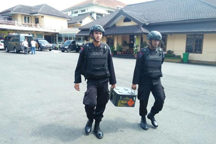 Petugas Dari Satbrimob Polda Jawa Timur Saat Membawa Granat dan Amunisi Yang Ditemukan Warga Kencong, Sabtu (2/12/2017).
