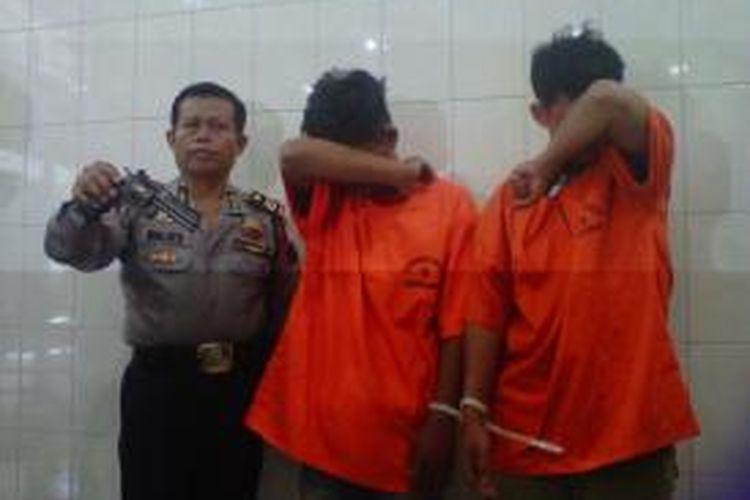 Dua mahasiswa dari lima pelaku perampokan  Indomaret di wilayah Kota Magelang, Kabupaten Magelang dan Sleman, diamankan Polres Magelang Kota, Kamis (13/3/2014).