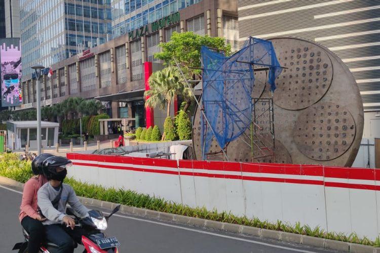 Tugu sepeda di Jalan Sudirman, Jakarta Pusat, Jumat (9/4/2021).