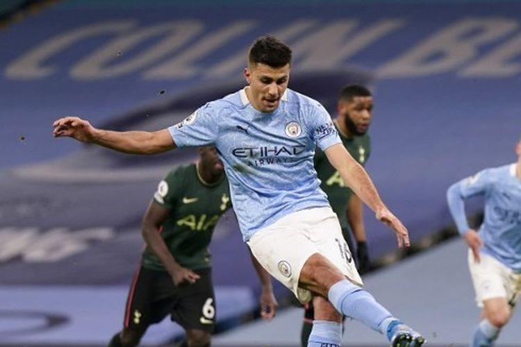 Gelandang Manchester City, Rodrigo Hernandez, saat mengeksekusi penalti ke gawang Tottenham Hotspur dalam laga lanjutan pekan ke-24 Liga Inggris di Stadion Etihad, Minggu (14/2/2021) dini hari WIB.