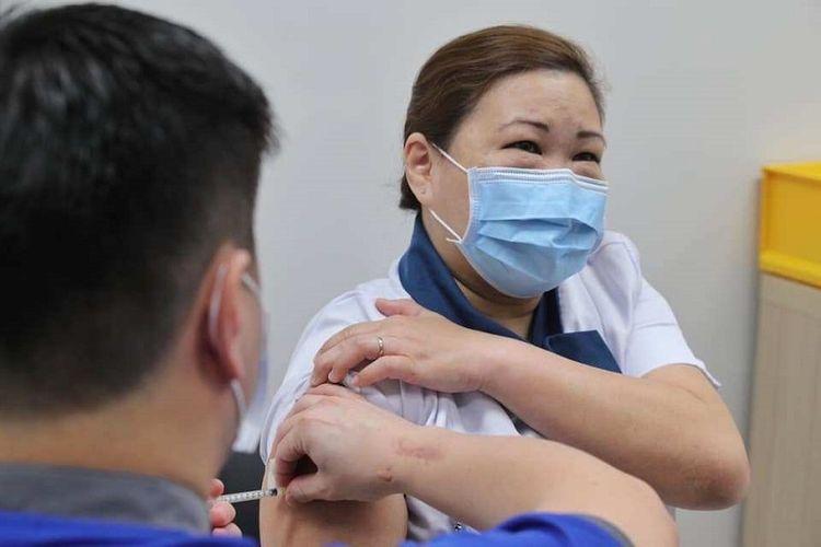 Suster Sarah Lim yang sehari-hari bekerja di National Centre for Infectious Diseases (NCID) menjadi penerima pertama vaksin Covid-19 di Singapura, Rabu pagi (30/12/2020)
