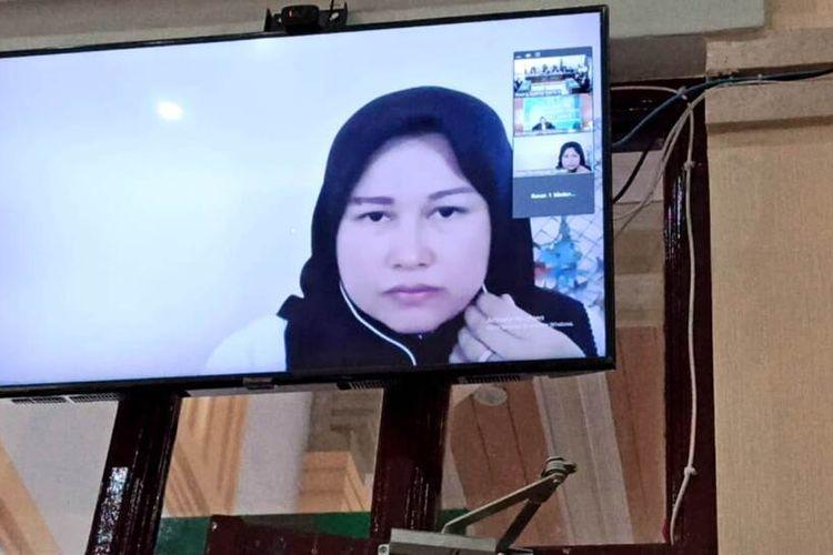 Terdakwa Zuraida Hanum dalam sidang perdana perkara pembunuhan Hakim Jamaluddin yang digelar PN Medan secara online, Selasa (31/3/2020)