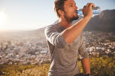 Benarkah Kebiasaan Minum Air pada Pagi Hari Menyehatkan Tubuh?