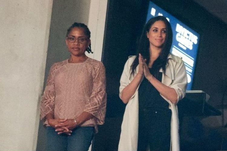 Doria Ragland (kiri) dan putrinya, Meghan Markle (kanan),  menyaksikan upacara penutupan Invictus Games di Toronto, Ontario, Kanada, pada 30 September 2017. (AFP/Geoff Robins)