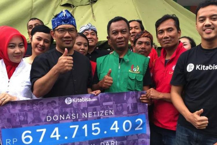 Ridwan Kamil bersama Alfatih Timur (CEO Kitabisa.com) menyerahkan donasi untuk korban Banjir Garut