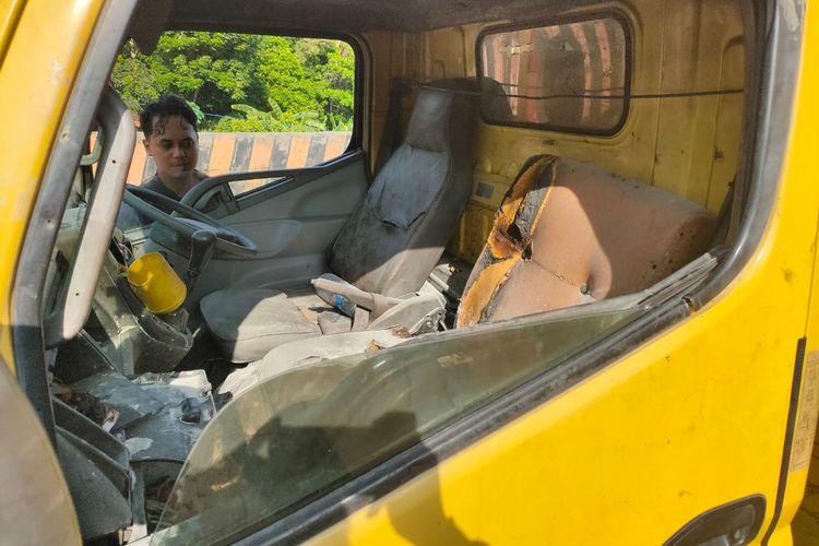 Truk nomor polisi KT 8992 LZ warna kuning ini bekas pelaku membakar istrinya saat terparkir di Jalan Manunggal, depan Pasar Sore, Kelurahan Sepinggan, Balikpapan Selatan, Kota Balikpapan, Kalimantan Timur, Kamis (12/3/2020).