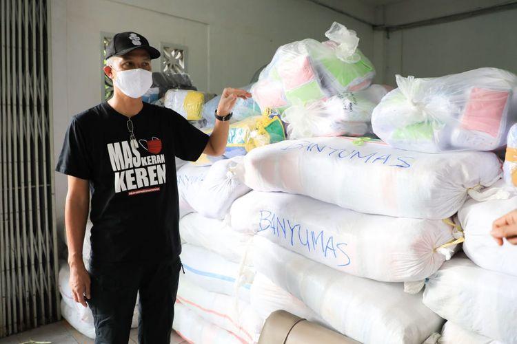 Gubernur Jateng Ganjar Pranowo saat saat meninjau gudang masker di Kantor Dinkop UKM Jateng, Minggu (17/5/2020).