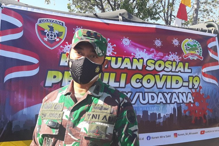 Dandim 1601/Sumba Timur Letkol Czi Dwi Joko Siswanto saat diwawancarai oleh awak media di depan Markas Kodim 1601/Sumba Timur, Sabtu (21/8/2021).