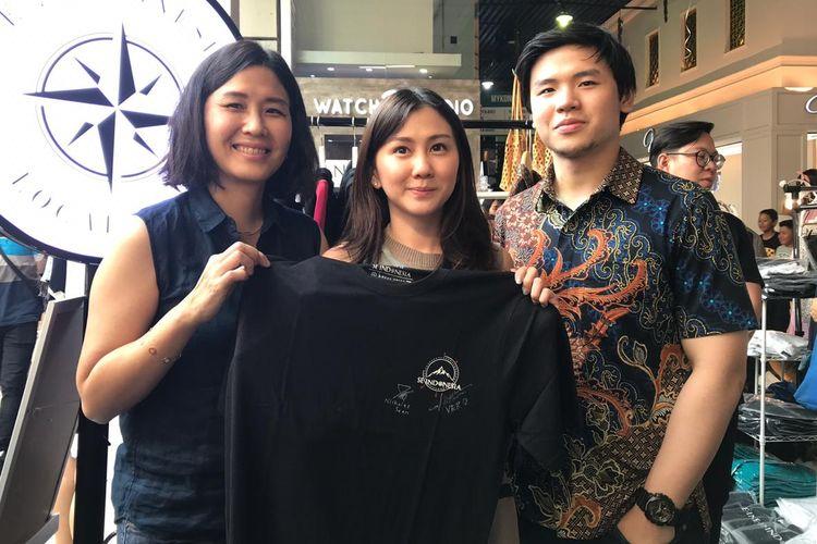 Veronica Tan dan Nicholas Sean menandatangani kaus se.Indonesia. Kaus tersebut terjual Rp 4,1 juta dalam lelang yang diadakan Poppins Bazaar di Bandung, Minggu (24/11/2019)