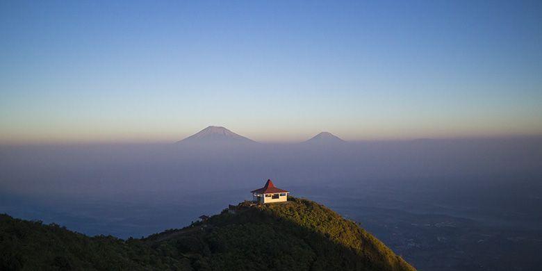 Panorama khas Gunung Andong dengan Gunung Sindoro-Sumbing di ufuk barat.