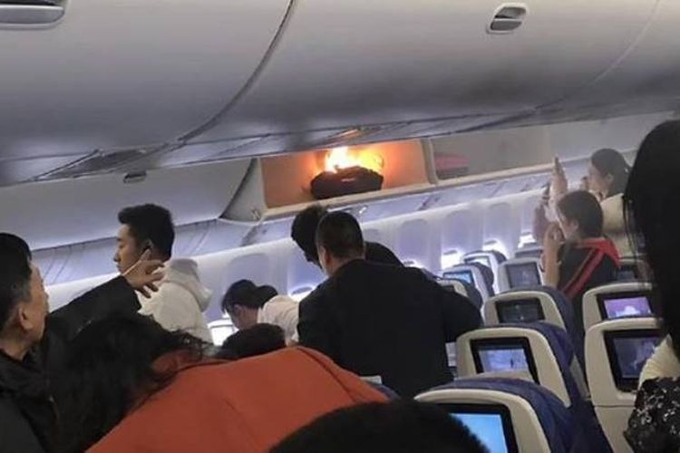 Power bank terbakar di bagasi kabin pesawat maskapai China Southern Airlines, saat penumpang sedang naik. (Weibo via Channel News Asia)