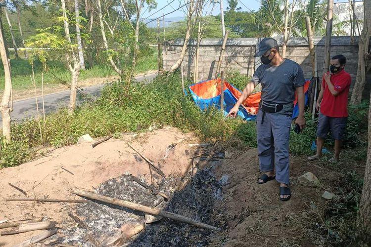 Polisi mendatangi lokasi dan melakukan olah tempat kejadian perkara, guna menyelidiki kasus pembantaian anjing-anjing milik salah satu warga Kabupaten Pacitan Jawa Timur, Minggu (02/05/2021).