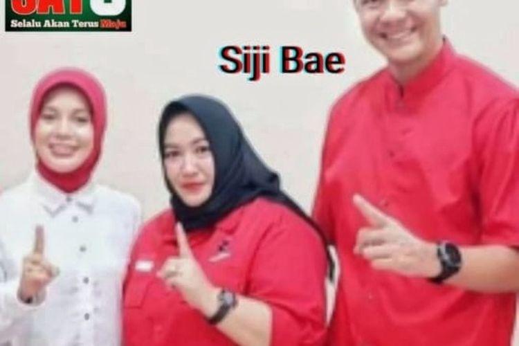 Foto Gubernur Jawa Tengah, Ganjar Pranowo beserta istri, Siti Atiqoh Supriyanti dan kader sekaligus anggota DPRD Kabupaten Purbalingga dari fraksi PDIP, Erni Widyawati sedang mengacungkan jari telunjuk.