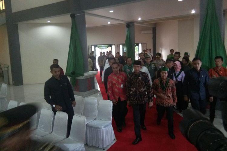 Presiden Joko Widodo didampingi Ketua Umum PB HMI, Mulyadi Tamsir tiba di Auditorium Universitas Pattimura Ambon untuk membuka KOngres HMI ke-30, Rabu (14/2/2018)