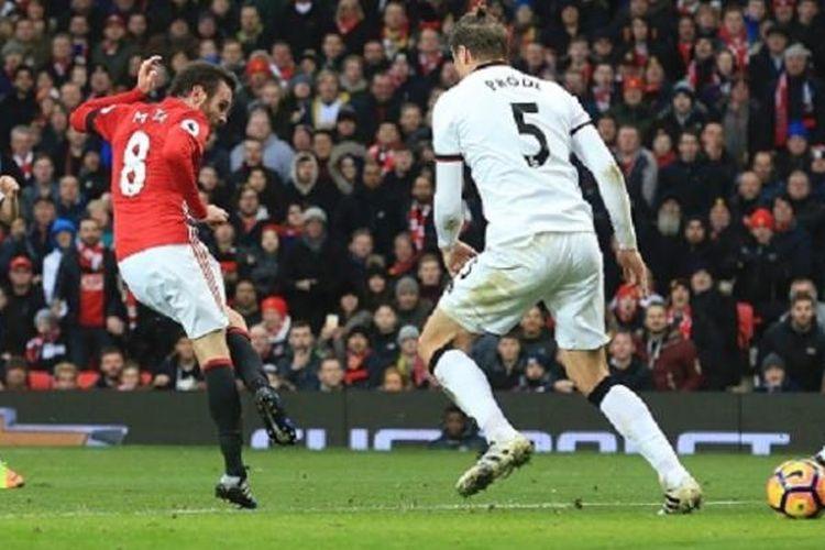 Sontekan Juan Mata membawa Manchester United unggul pada babak pertama kontra Watford dalam pertandingan lanjutan Premier League di Old Trafford, Sabtu (11/2/2017).