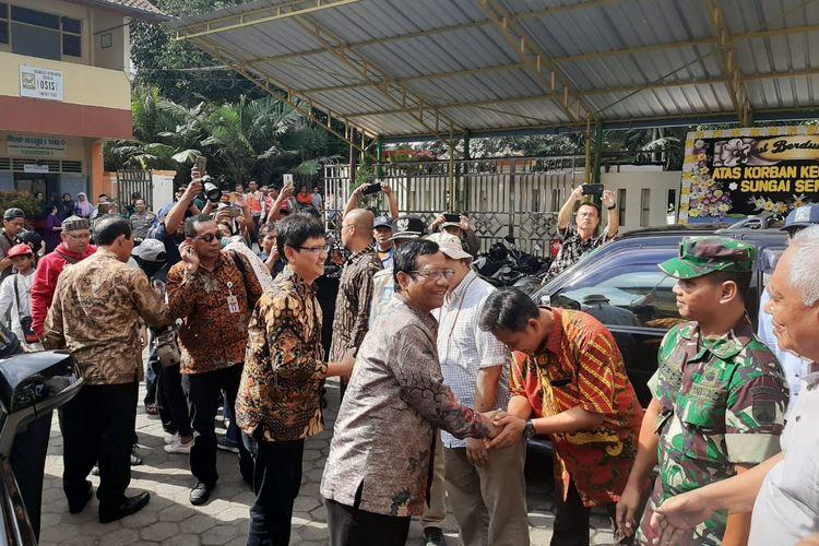 Menko Polhukam Mahfud MD mengunjungi keluarga siswa yang menjadi korban tenggelam di Sungai Sempor, Sleman, Yogyakarta, Jawa Tengah, Sabtu (22/2/2020).