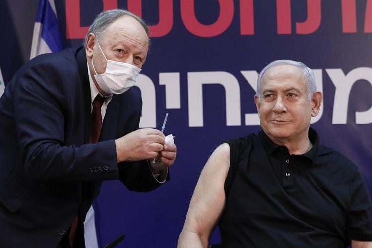 Perdana Menteri Israel Benjamin Netanyahu dalam foto tengah bersiap untuk menerima vaksin virus corona di Sheba Medical Center, rumah sakit terbesar di negara itu, di Ramat Gan dekat kota pesisir Tel Aviv, pada 19 Desember 2020.