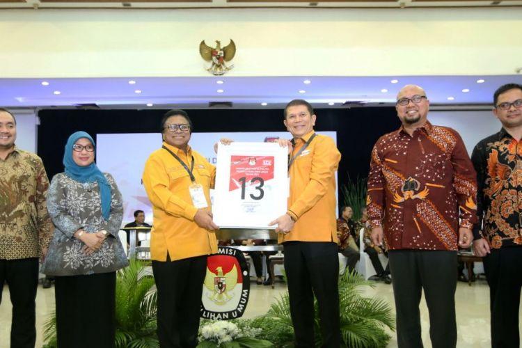 Ketua Umum Partai Hanura Oesman Sapta Odang (ketiga dari kiri) menunjukkan nomor urut 13 saat Pengambilan Nomor Urut Partai Politik untuk Pemilu 2019 di Gedung Komisi Pemilihan Umum (KPU), Minggu (18/2/2018). Empatbelas partai politik (parpol) nasional dan empat partai politik lokal Aceh lolos verifikasi faktual untuk mengikuti Pemilu 2019.