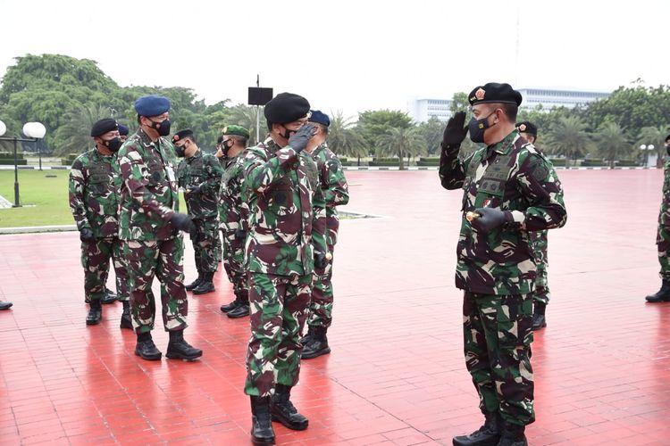 Panglima TNI Marsekal TNI Hadi Tjahjanto menerima laporan Korps Kenaikan Pangkat sebanyak 57 Perwira Tinggi (Pati) TNI yang berlangsung di Mabes TNI, Cilangkap, Jakarta Timur, Rabu (17/3/2021).