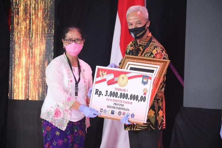 Gubernur Jawa Tengah Ganjar Pranowo, saat menerima penghargaan Lomba Inovasi Daerah dalam Tatanan Normal Baru, di Gedung Sasana Bhakti Praja Kemendagri Jakarta Pusat, Senin (22/6/2020).