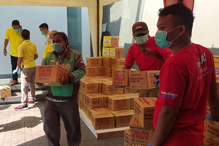 Sido Muncul memberi bantuan berupa 600 paket sembako dan produk Sido Muncul untuk pengemudi ojek online dan bajaj. Bantuan diberikan di kantor marketing Sido Muncul Cipete, Jakarta Selatan, Sabtu (4/4/2020)