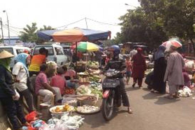 Para pedagang PKL di Pasar Minggu berpindah sementara di area pinggir jalan Terminal Pasar Minggu. Mereka merupakan pedagang yang terkena gusuran dari petugas Satpol PP, namun ada juga diantaranya pedagang yang asalnya berdagang di area parkir lokbin yang merasa kurang untung saat berjualan di lokbin, Jakarta, Senin (12/8/2013)