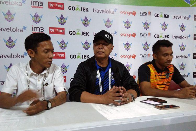 Pelatih Persegres Gresik United Hanafi (tengah) dan Yulius Mauloko (kanan) selepas pertandingan kontra Bhayangkara FC.