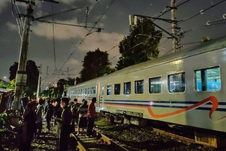 KA 329 Tawang Jaya anjlok di Perlintasan Pasar Senen, tepatnya di wilayah Pondok Jati, Kecamatan Matraman, Jakarta Timur, Selasa (21/1/2020).