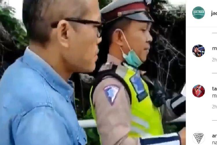 Seorang pengendara berinisial TS melawan petugas ketika hendak ditilang di dekat Gerbang Tol Angke, Jakarta Barat, Jumat (7/2/2020).