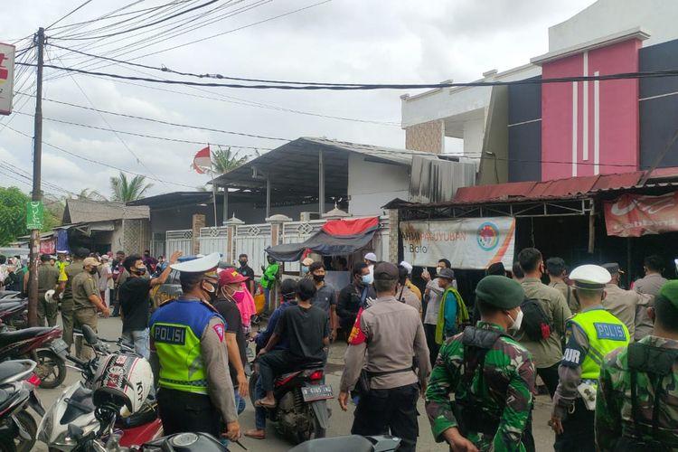 Personel gabungan TNI-Polri dan Satpol PP menjaga lokasi sekitar agar tidak ada kerumunan di tempat pemakaman Syekh Ali Jaber di Pesantren Tahfidz Daarul Quran, Cipondoh, Kota Tangerang, Banten, Kamis (14/1/2021).