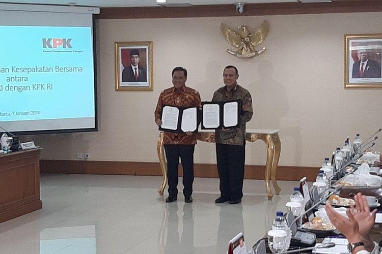 Ketua Badan Pemeriksa Keuangan Agung Firman Sampurna berfoto bersama Ketua Komisi Pemberantasan Korupsi Firli Bahuri usai menandatangani kesepakatan bersama di Kantor BPK RI, Selasa (7/1/2020).