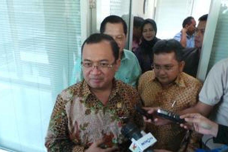 Wakil Ketua DPR Priyo Budi Santoso seusai diperiksa Badan Kehormatan DPR, Rabu (18/9/2013). BK DPR memanggil Priyo mereapons aduan masyarakat yang menduga Priyo mengusulkan remisi untuk narapidana korupsi.