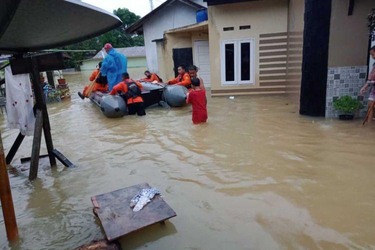 Tiga hari diguyur hujan dengan intensitas lebat mulai dari Jumat (8/1/20210 hingga saat ini, Minggu (10/1/2021) membuat sebagian wilayah di Tanjungpinang terendam air. Tidak saja Tanjungpinang, bahkan sebagian daerah di Kabupaten Bintan juga Terendam air.
