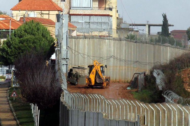 Foto yang diambil dari desa Kfar Kila, di selatan Lebanon, dekat dengan tembok perbatasan Israel, memperlihatkan alat berat yang beroperasi dari wilayah Israel, setelah diumumkannya temuan terowongan Hezbollah.