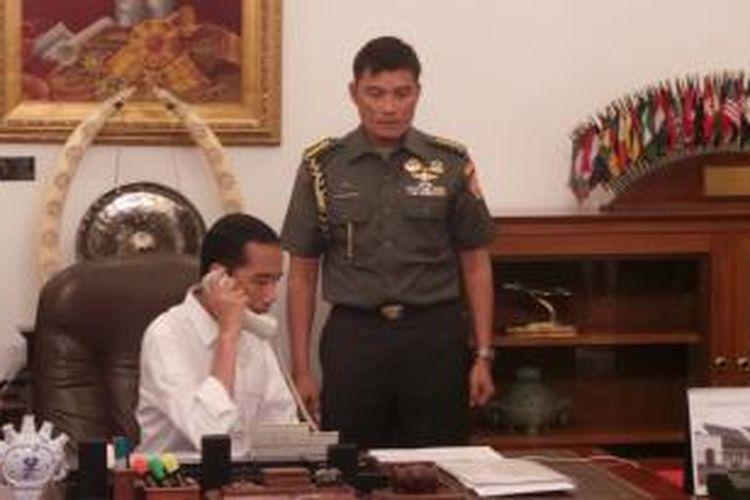 Presiden Joko Widodo berkomunikasi melalui sambungan telepon dengan Presiden Republik Rakyat Tiongkok Xi Jin Ping, Jumat (24/10/2014) pagi.