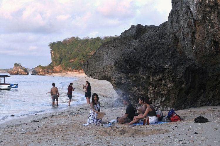 Sejumlah wisatawan mengunjungi kawasan Pantai Thomas, Padang-Padang, Badung, Bali, Minggu (1/11/2020). Berbagai objek wisata di Pulau Dewata ramai dikunjungi oleh wisatawan domestik dari berbagai daerah yang berwisata memanfaatkan hari terakhir masa libur panjang. ANTARA FOTO/Fikri Yusuf/aww.