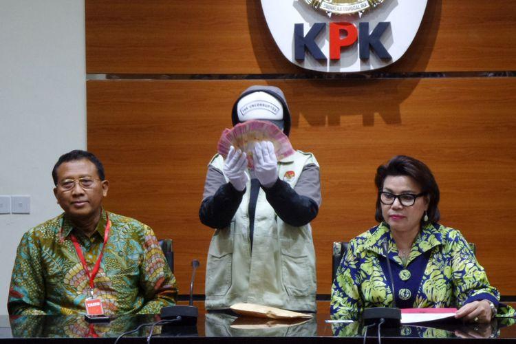 Jaksa Agung Muda Pengawasan Widyo Pramono dan Wakil Ketua KPK Basaria Panjaitan dalam jumpa pers terkait operasi tangkap tangan di Gedung KPK Jakarta, Jumat (9/6/2017).