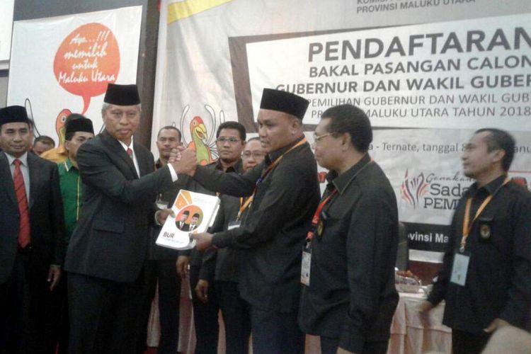 Bakal pasangan calon gubernur dan wakil gubernur Maluku Utara, Burhan Abdurahman-Ishak Djamaluddin (Bur-Jadi), mendaftarkan diri ke KPU Maluku Utara, Senin (8/1/2018).