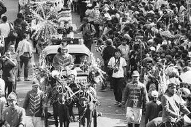 Warga meramaikan kirab dalam tradisi dugderan di Jalan Pahlawan, Kota Semarang, Jawa Tengah, Senin (8/7/2013).