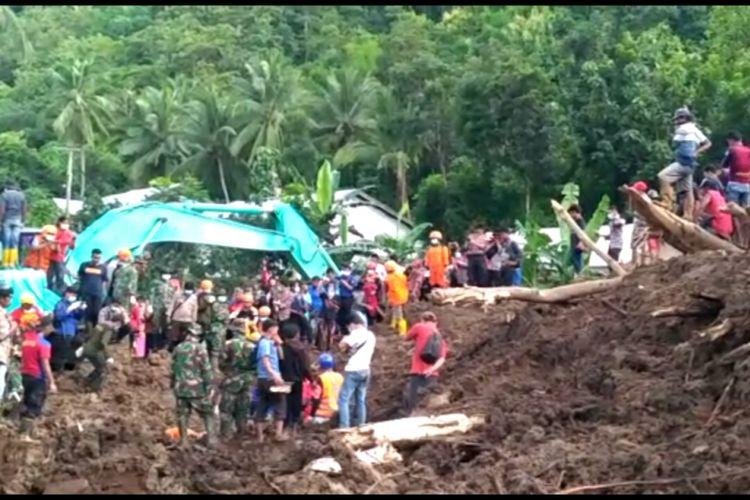 Suasana pencarian korban tertimbun longsor di Dusun Pattiro, Desa Pattallikang, Kecamatan Manuju, Kabupaten Gowa, Sulawesi Selatan. Selasa, (29/1/2019).