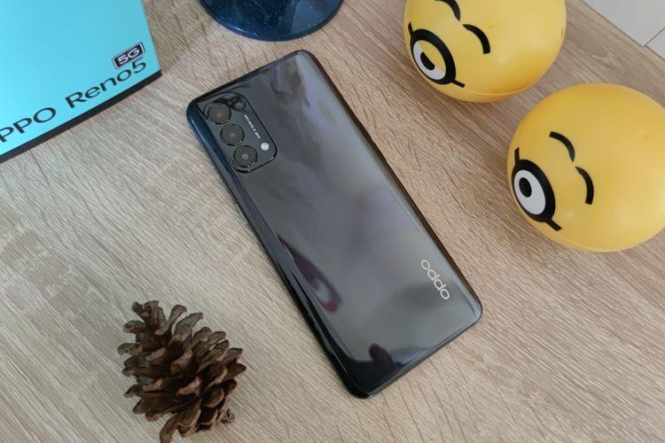 Tampilan punggung Reno5 5G terkesan licin dan mengadopsi desain cangkang yang tampak mengilap (glossy).  Karenanya, bekas sidik jari akan sangat mudah menempel di seluruh permukaan punggung ponsel apabila ponsel dipakai dalam waktu yang cukup lama, terlebih jika telapak tangan berkeringat.  Cangkang ponsel sendiri berbahan plastik dan didominasi oleh warna hitam. Barulah, semakin menjorok ke sisi kanan ponsel, warna akan semakin memudar.  Masih di bagian punggung, sisi kiri atas ponsel dihiasi dengan modul kamera berbentuk persegi yang memuat empat sensor kamera, lengkap dengan modul LED flash.  Keempat kamera ini terdiri dari kamera utama 64 MP, kamera ultrawide 8 MP, kamera macro 2 MP, dan kamera mono 2 MP. Di bagian bawah kanan punggung, terdapat pula logo Oppo yang berwarna silver.
