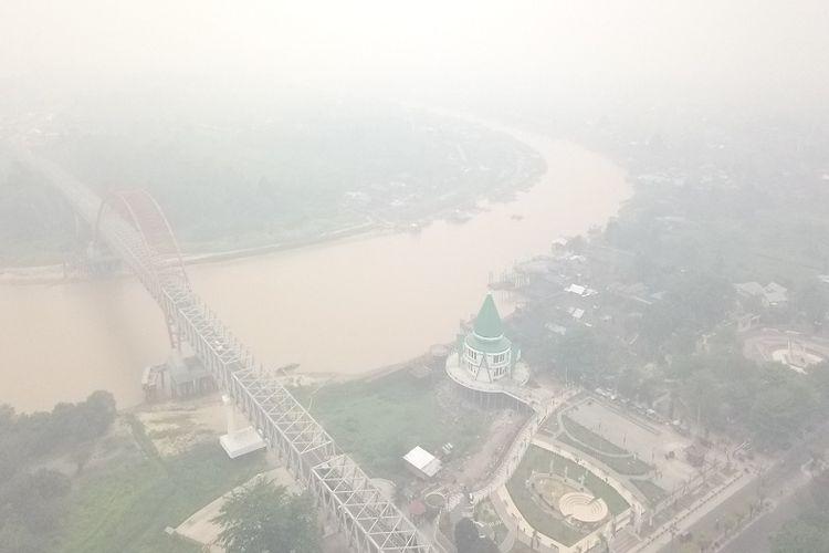 Foto udara kondisi kabut asap masih menyelimuti Kota Palangkaraya