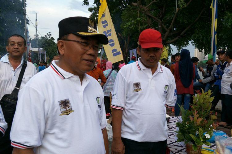 Wali Kota Jakarta Utara, Husein Murad ketika hadir di acara lomba bakarikan lautuntuk menyambut pergantian tahun 2018. Lomba digelar di sepanjang Jalan Danau Sunter Selatan, Jakarta Utara, Minggu (31/12/2017).