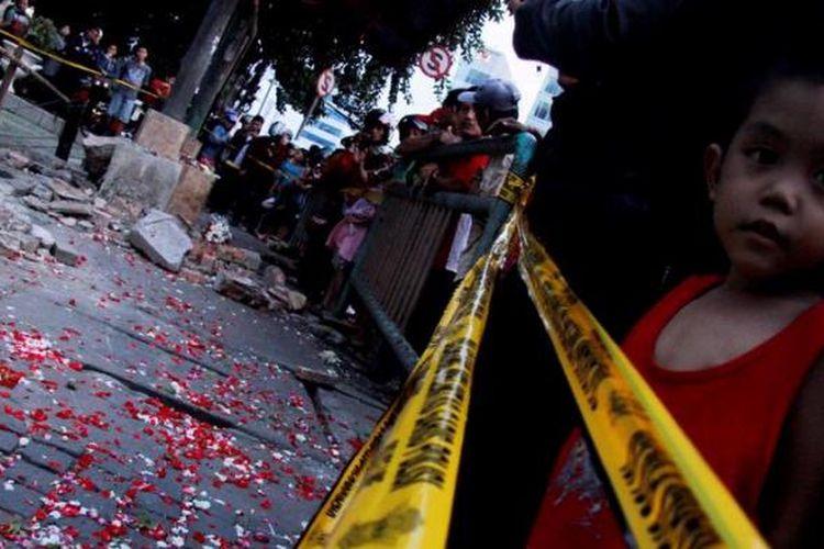 Sejumlah warga berdatangan untuk melihat lokasi kejadian kecelakaan maut di halte bus Tugu Tani, Jalan Ridwan Rais, Gambir, Jakarta, Selasa (24/1/2012). Di lokasi tersebut mobil Daihatsu Xenia bernopol B 2478 WI yang dikendarai oleh tersangka Afriyani Susanti menabrak 12 orang pada 22 Januari 2012 dan mengakibatkan 9 orang tewas dan tiga lainnya terluka.