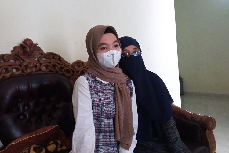 Ajeng (kiri) dan D saat ditemui di rumahnya, Selasa (7/9/2021)