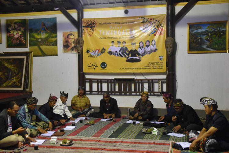 Pembacaan tembang lintas budaya sudah dilakukan sejak tahun 2017 saat memperingati Hari Jadi Banyuwangi ke-246. Tak hanya melibatkan juru tembang lintas budaya, acara tersebut juga diikuti anak-anak muda Banyuwangi yang tergabung dalam Komunitas Mocoan Lontar Yusup Milenial.