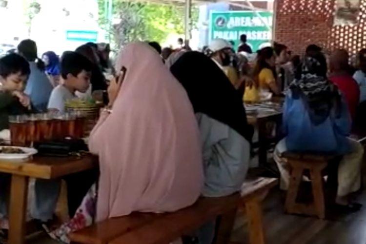 Suasana restoran Bebek Sawah di Padang yang ramai pengunjung tanpa protokol kesehatan