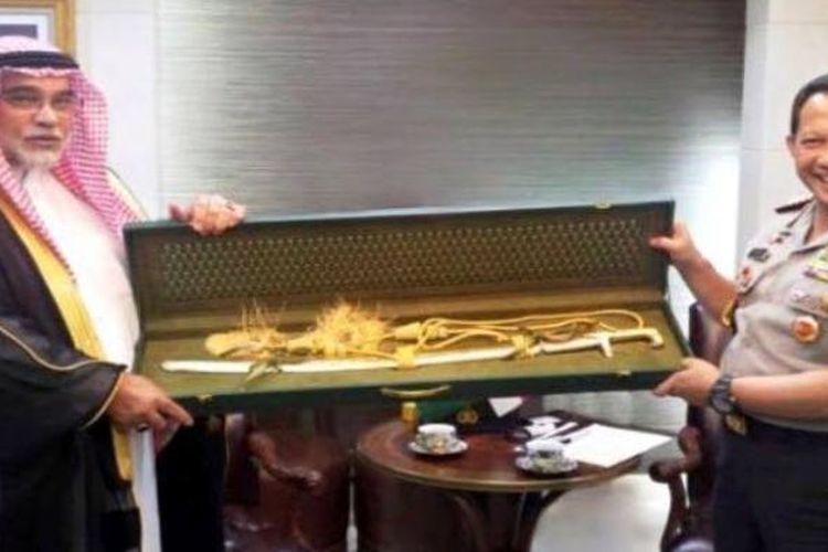 Kerajaan Arab Saudi memberikan cindera mata berupa pedang emas kepada Polri.