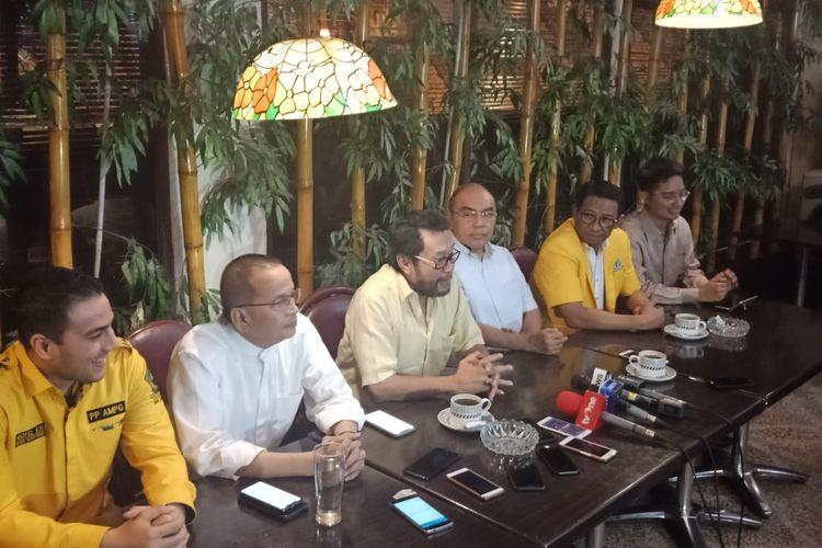 Politisi Partai Golkar, Yorrys Raweyai (kemeja kuning muda, paling tengah) saat konferensi pers di restoran Batik Kuring SCBD, Jakarta Selatan, Minggu (7/7/2019).