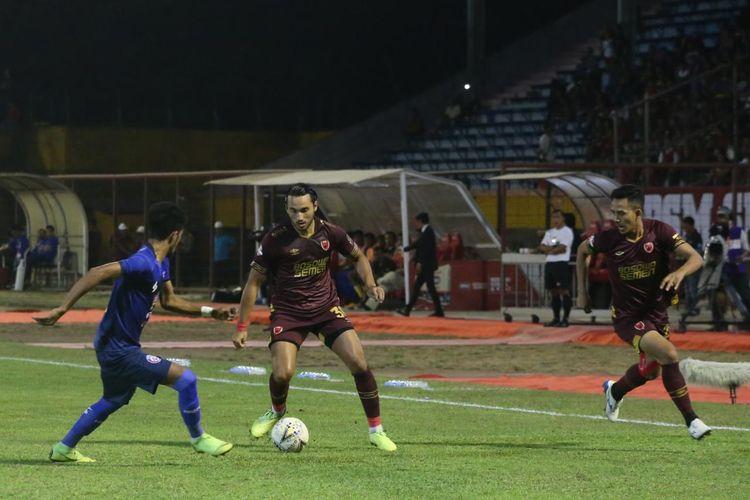 Pemain PSM Makassar, Ezra Walian dihadang oleh bek Arema FC, Alfin Tuasalamony dalam laga PSM Makassar vs Arema FC dalam Liga 1 2019 pekan ke-23 di Stadion Andi Mattalata, Rabu (16/10/2019) 18.30 WIB.